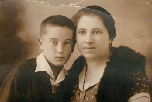 Édesanyjával